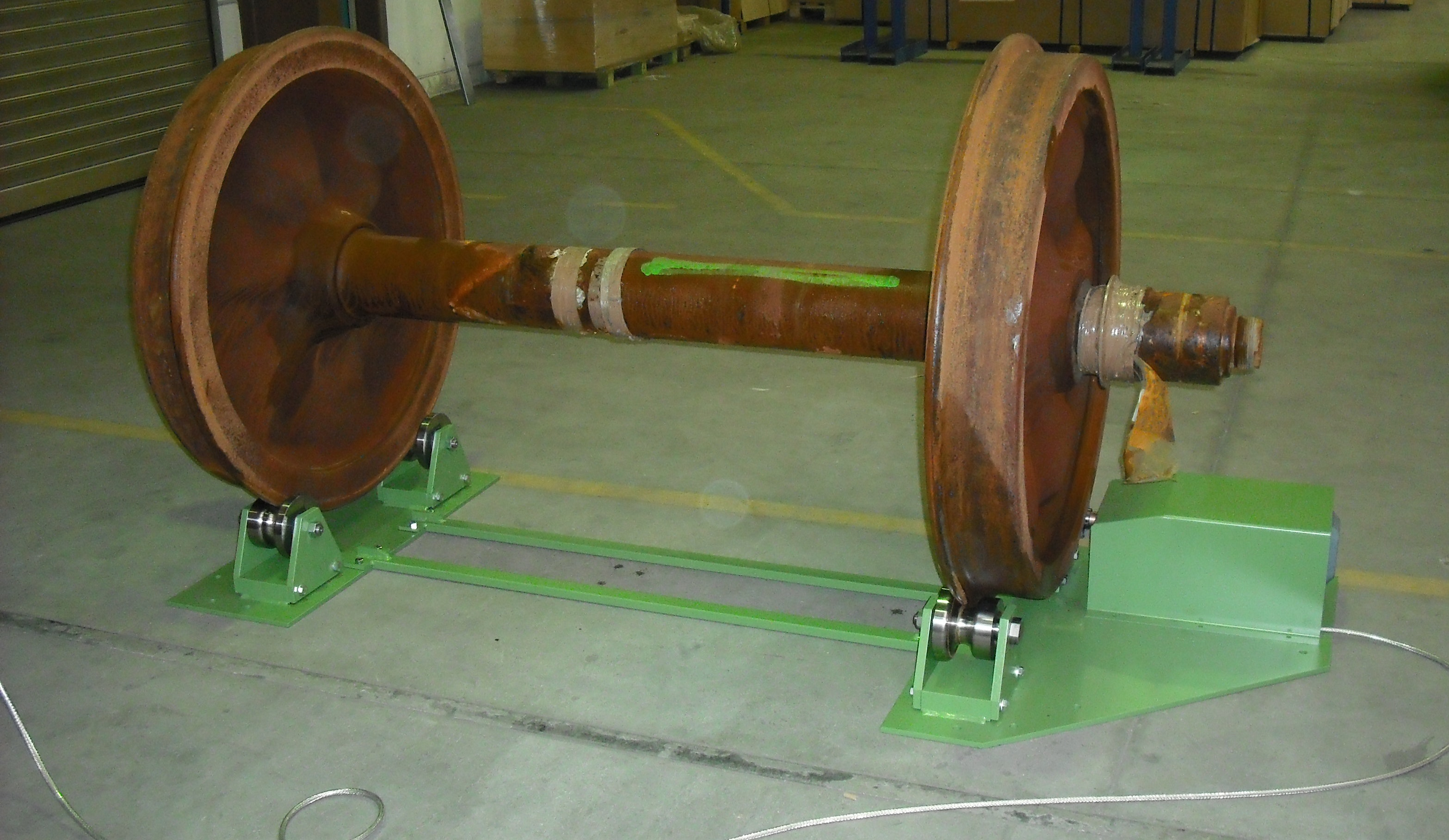 Roller stand for wheelsets (with wheelset): Four profile rollers, one of them is driven, support the wheelset. The roller stand can be used stationary by being firmly connected to the hall floor.