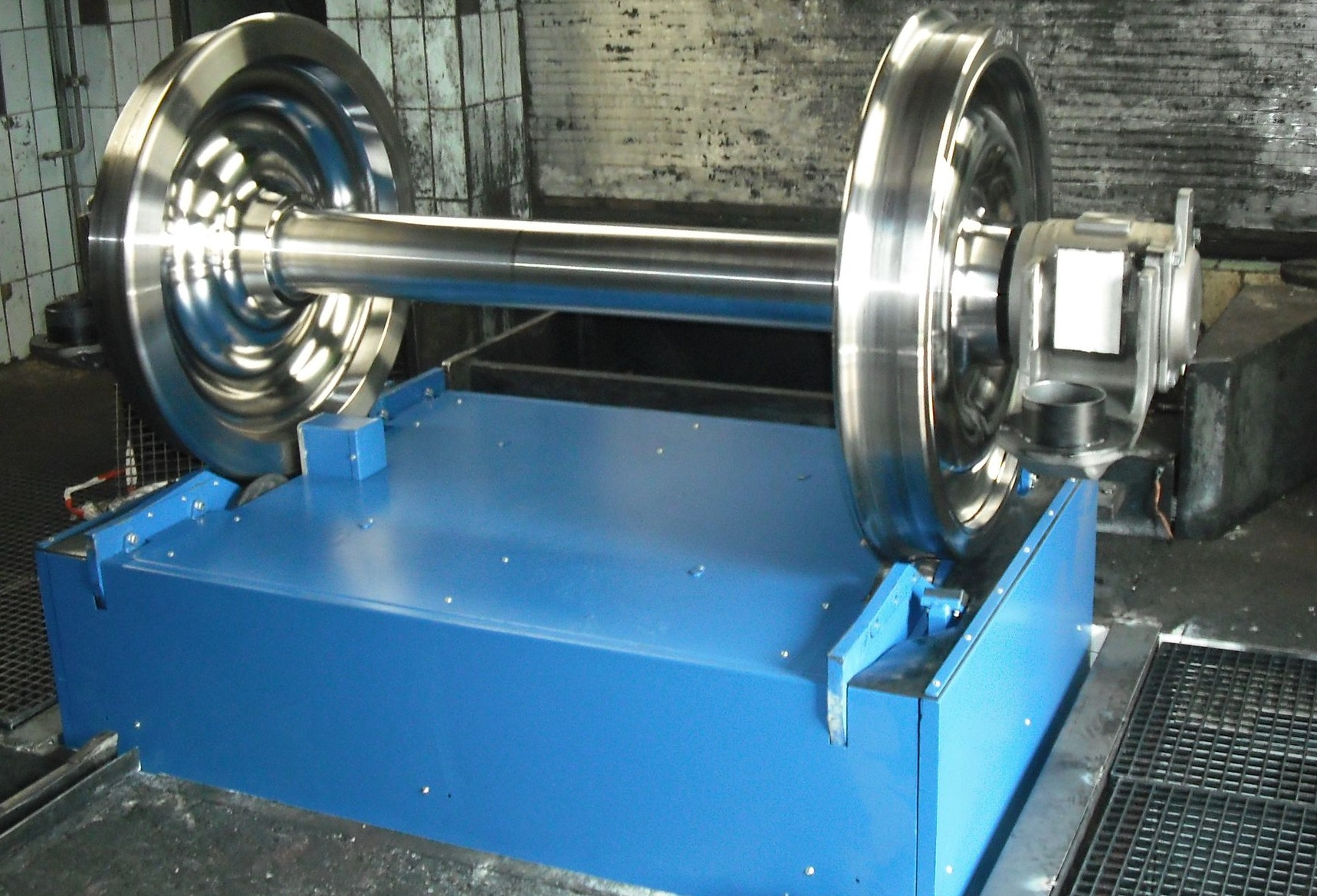 Lifting and rolling device: fixed track width: On the device there is a wheelset. You can see only the upper part of the device, because this lifting-rolling device is embedded in a pit on site.