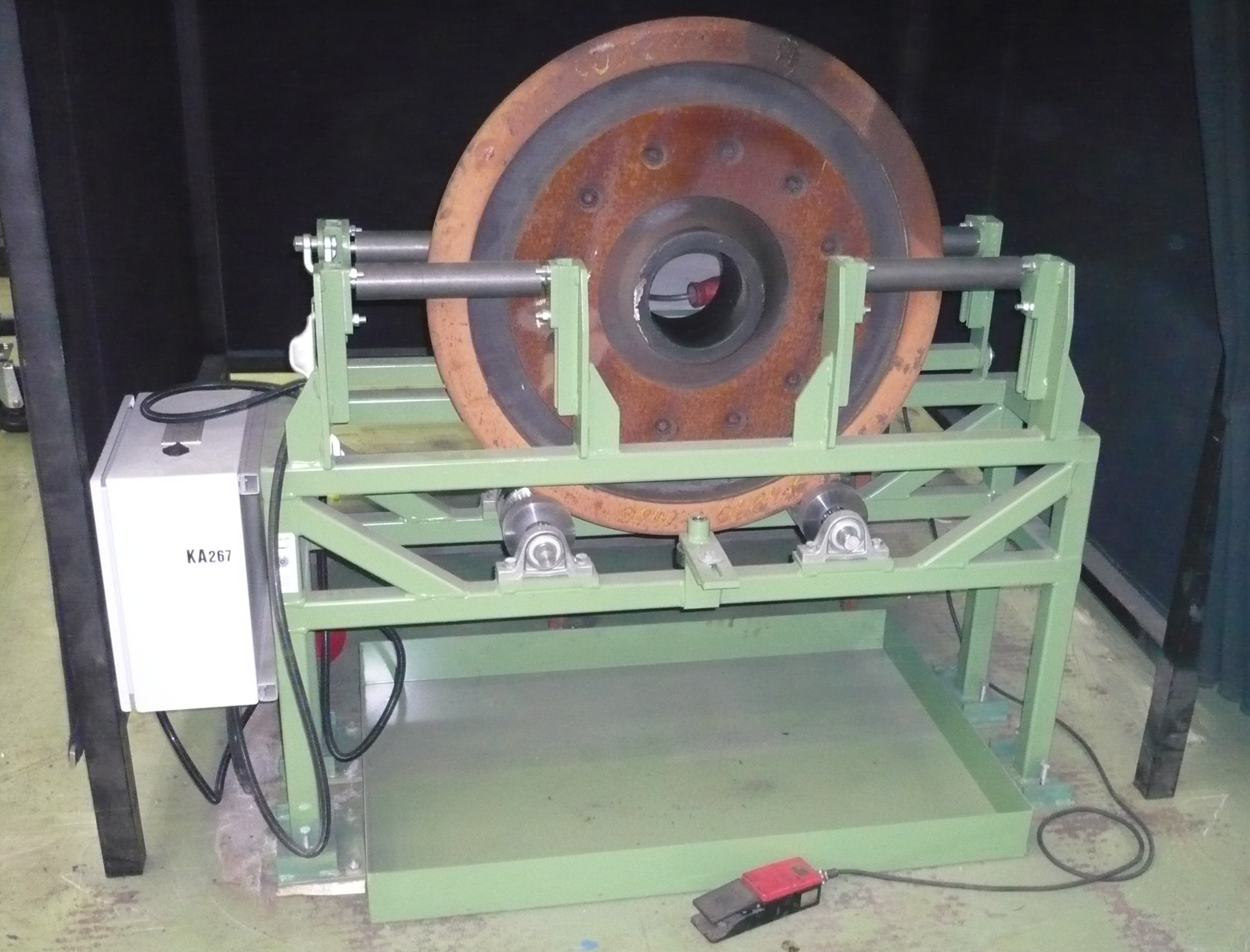 Rolling device for individual MT (magnetic particle) wheel inspection: For this purpose, the wheel discs are positioned in upright position on the device, where they are safely guided laterally, while being set into regular rotation.