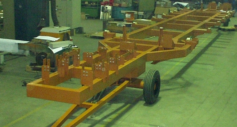 Installation and transport carriage for high-tension and control current channels of rail vehicles