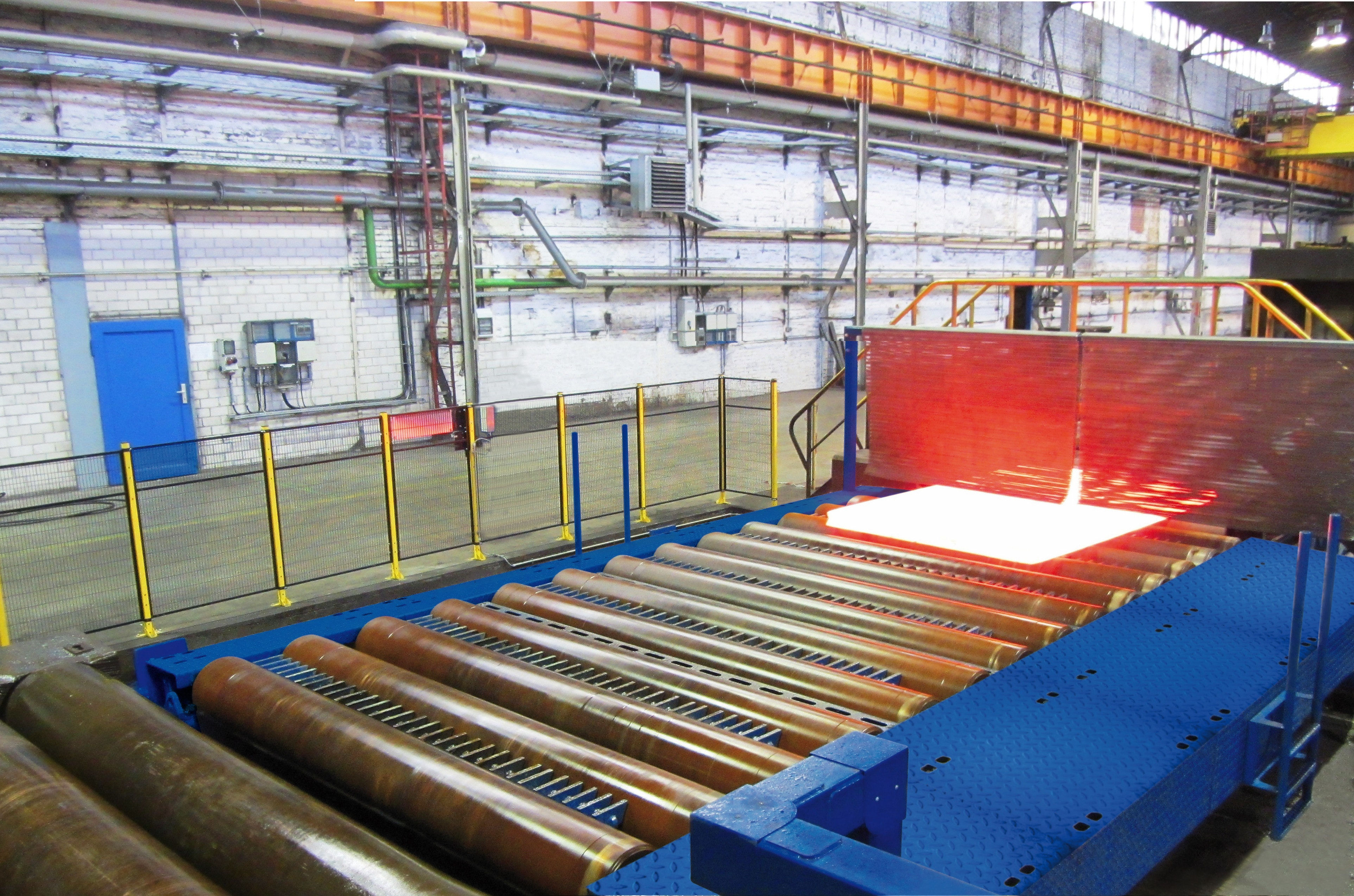Side mobile loading carriage with roller conveyor and lift-out unit in a copper rolling mill