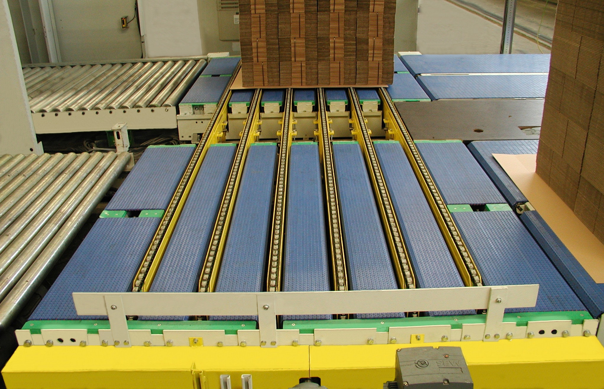 Angular transfer unit; combination plastic chain conveyor - chain conveyor
