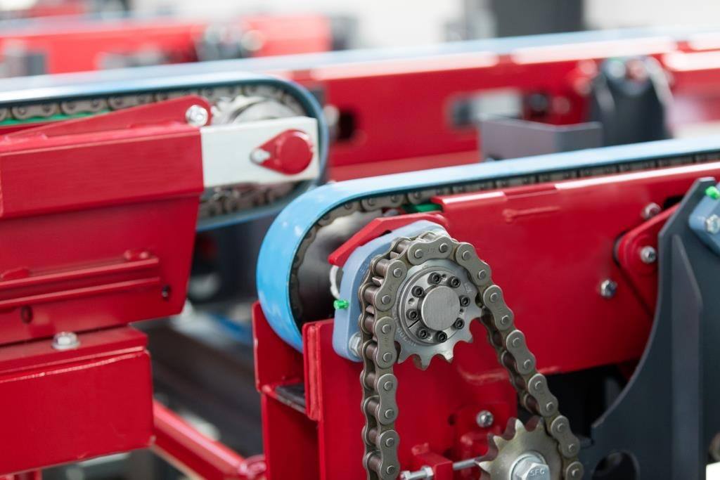 Detail view of a chain conveyor with care belts
