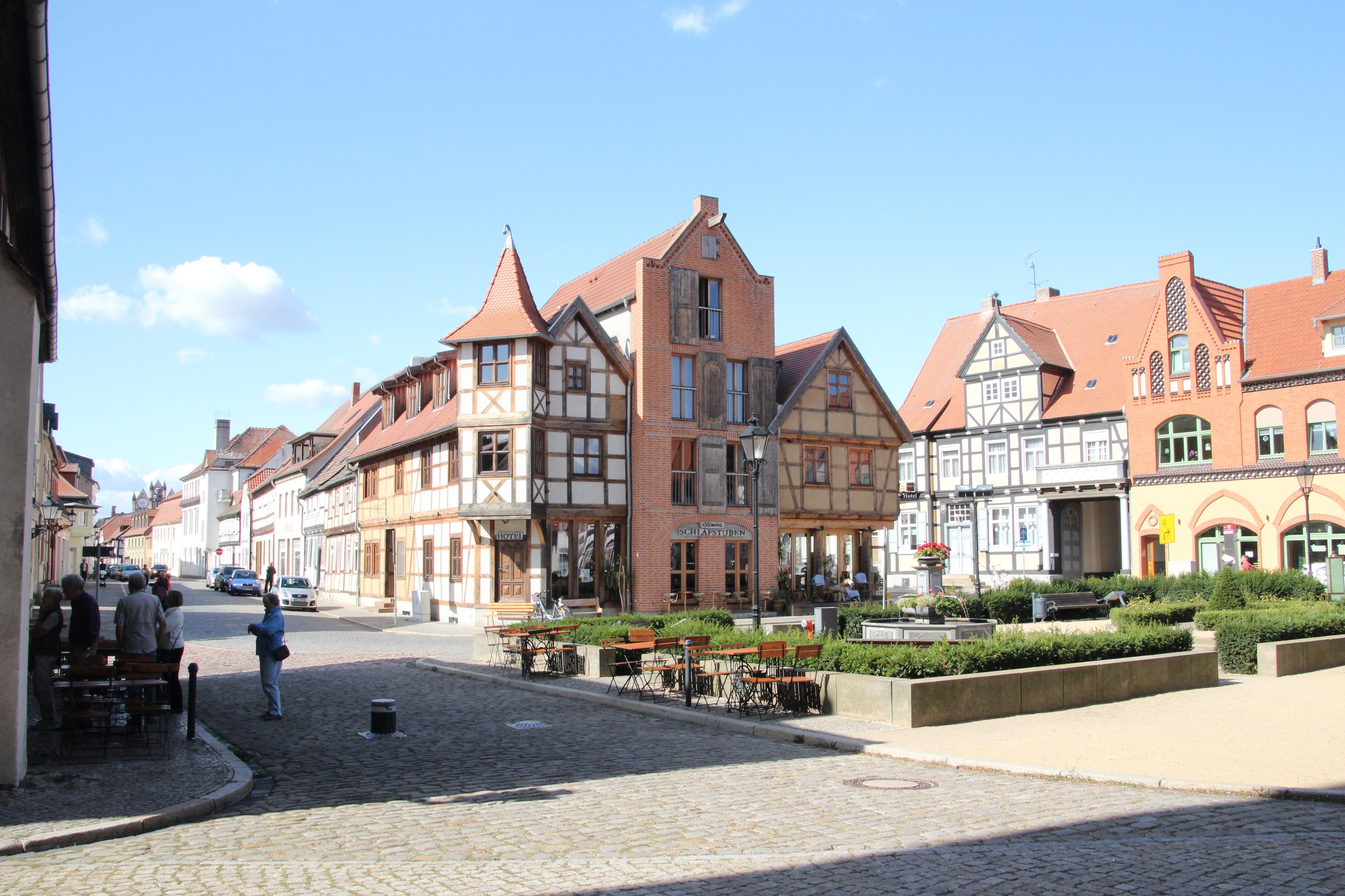 Verschiedene Fachwerkhäuser zieren die Straßen der historischen Innenstadt. Im Zenrum ist ein Hotel mit Gaststätte im mittelalterlichem Flair zu sehen.